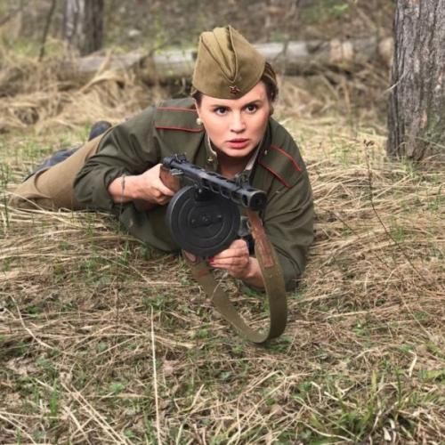 Анна Семенович примерила военную форму